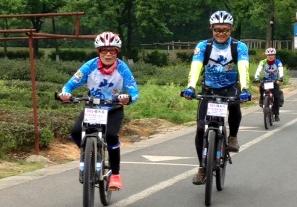 【新聞】延緩母失智 高中師陪挑戰騎單車150公里遊千島湖