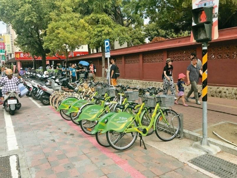 【新聞】赤崁樓自行車位前畫紅線 主管說可停