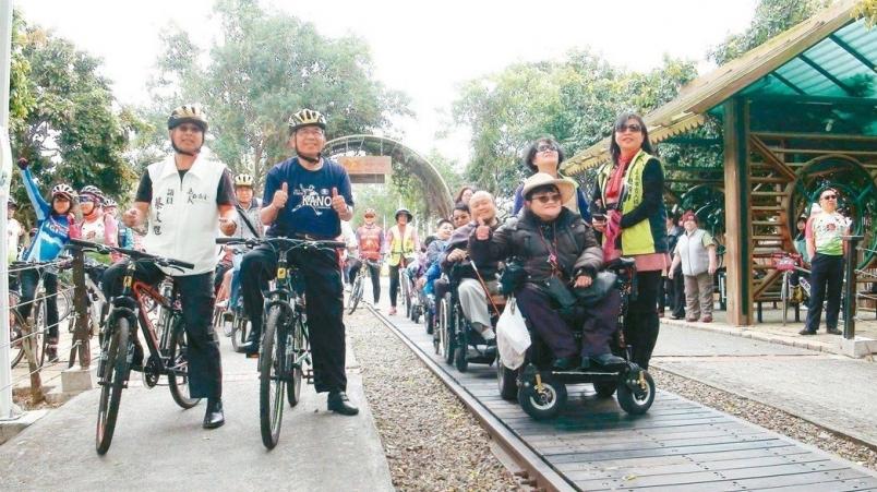 【新聞】嘉油鐵馬道拆路阻 輪椅族興奮暢遊