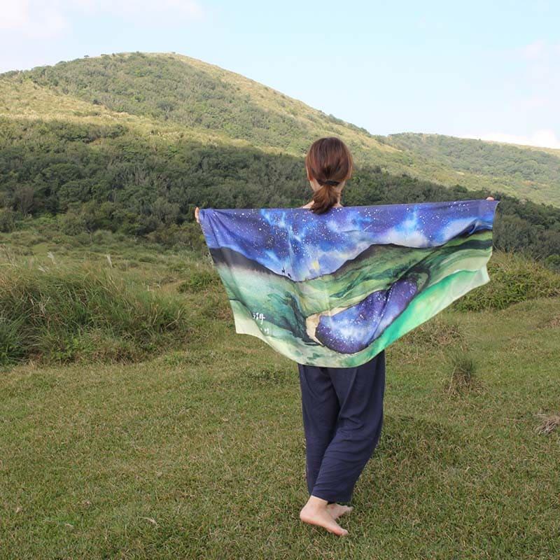 【BIJI】奇幻星空 嘉明湖 絲巾 (緞面材質,光澤感)1