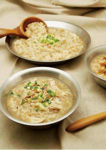 【書摘】《超簡單!露營野趣料理100道》-快速雞肉粥