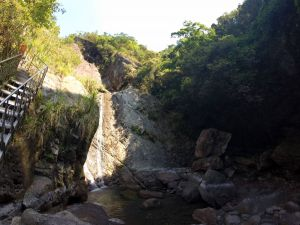 猴洞坑瀑布清涼好幾下