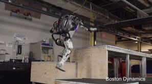 【新聞】追著人跑?機器人秀本領 這次玩「跑酷」極限運動