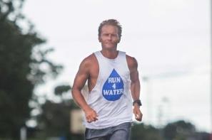 男教師穿著涼鞋贏得500公里路賽冠軍 並打破大會紀錄