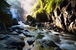 【美哉台灣】美麗光束下的內洞瀑布