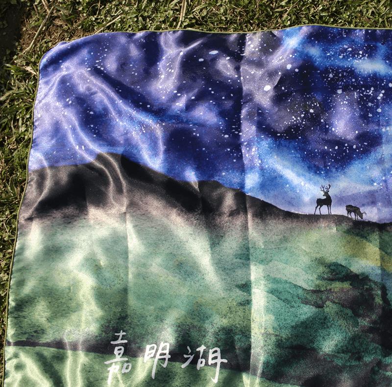 【BIJI】奇幻星空 嘉明湖 絲巾 (緞面材質,光澤感)4