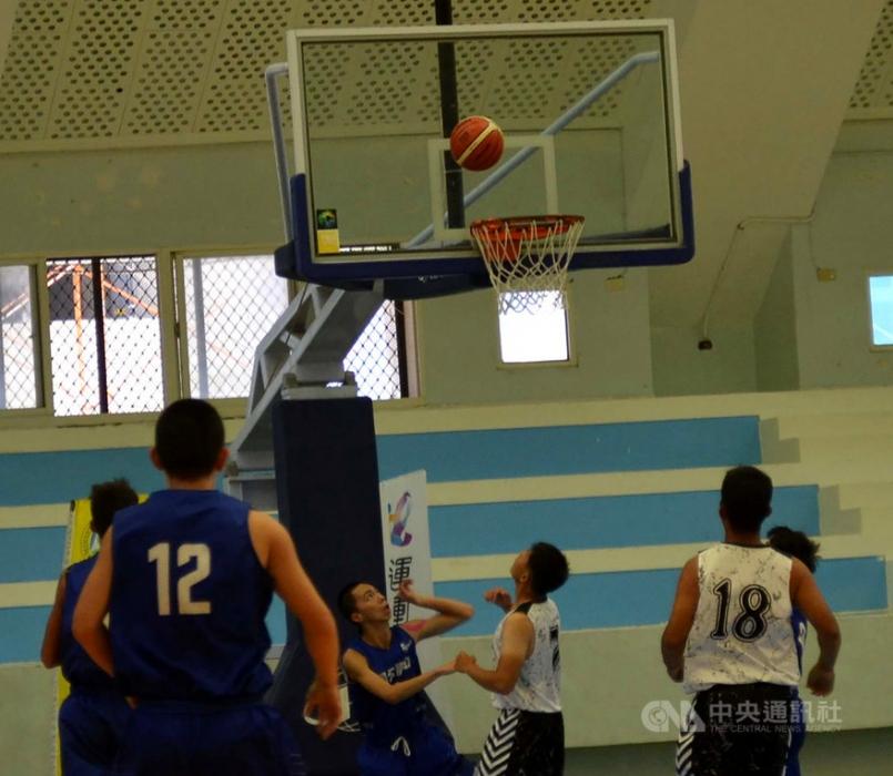 長達9天的社區籃球賽,參賽隊伍多達60支,比賽分8個組別,在澎湖縣立與中興國小兩處體育館進行100多場賽事,各組競爭激烈,23日進行壓軸賽。中央社  108年6月23日
