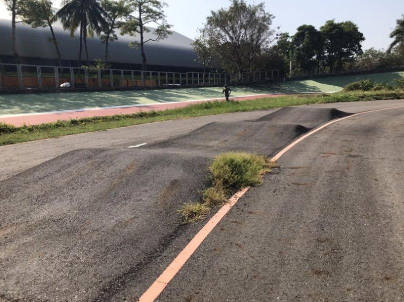 台南市立自由車場館年久失修,竟出現嚴重的「波浪道路」。圖/台南市議員林美燕提供