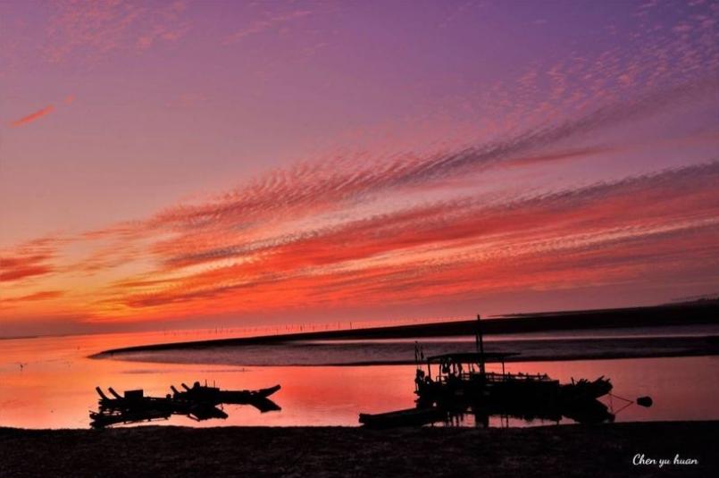 台中市龍井區麗水漁港的夕照是網友推薦、攝影一族熱門的拍照、打卡景點。圖/台中市民陳鈺桓提供