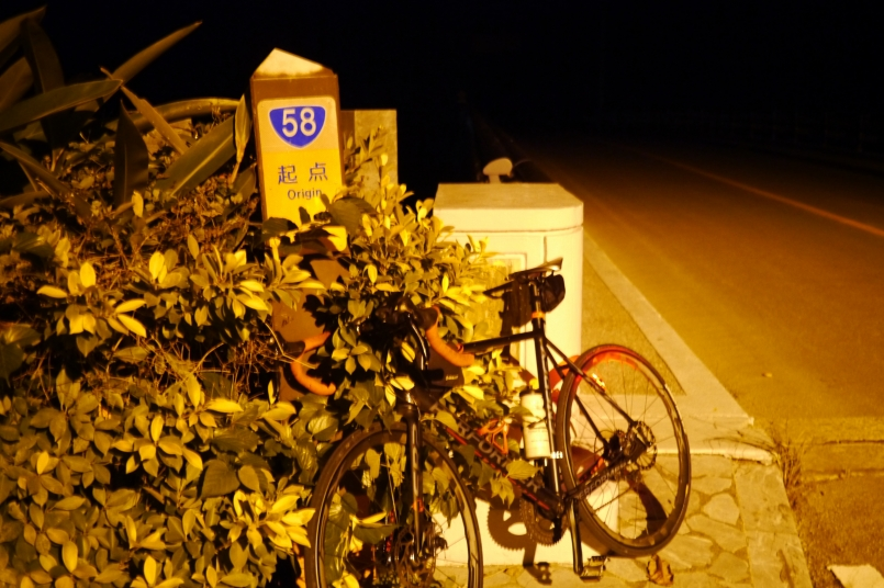 努力抵達了58公路的起點,前方沒有路燈則是全然的黑暗
