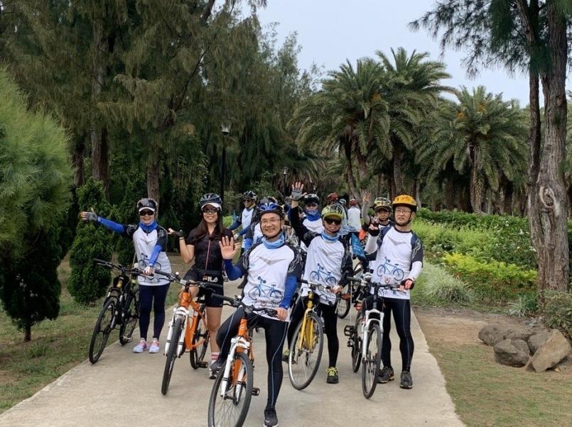 澎管處處長許宗民(中)率領自行車協會領騎夥伴實地以自行車踩踏澎湖風光。圖/觀光局提供