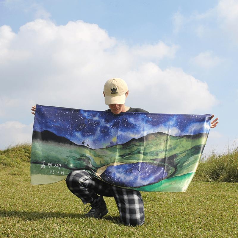 【BIJI】奇幻星空 嘉明湖 絲巾 (緞面材質,光澤感)6